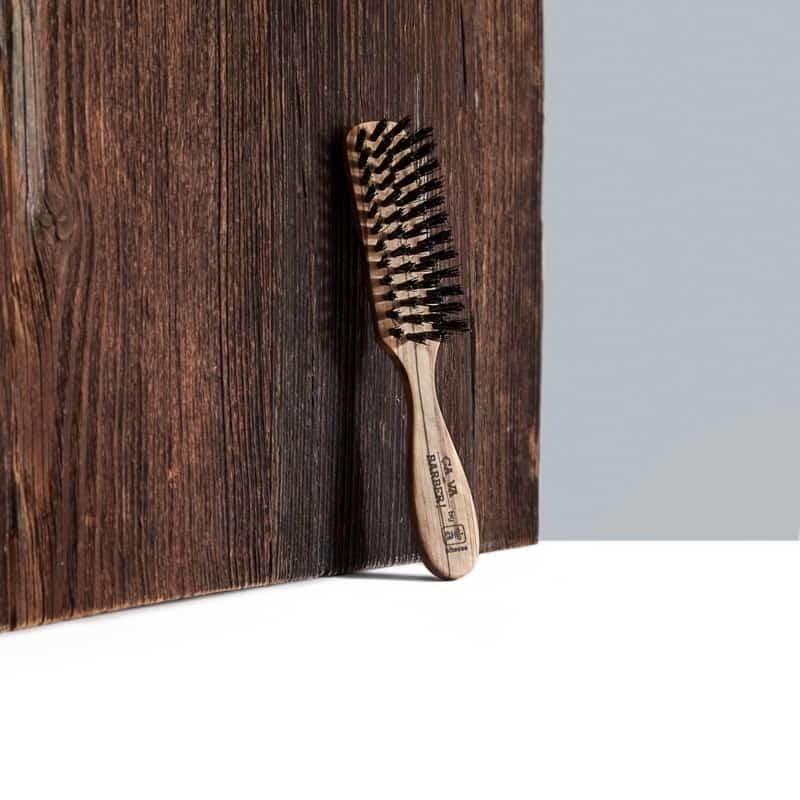 Brossez et disciplinez vos poils tout en répartissant bien l'huile à barbe avec votre brosse pour barbe, rendez vos poils soyeux et brillants !