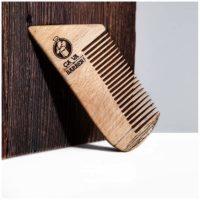 Travaillezvos poilstout en douceur avec ce peigne pour barbe en bois de hêtre et répartissez parfaitement votre huile pour une barbe bien lisse !